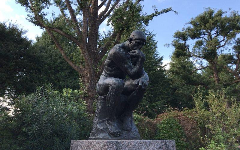 国立西洋美術館の前庭に展示している考える人の像