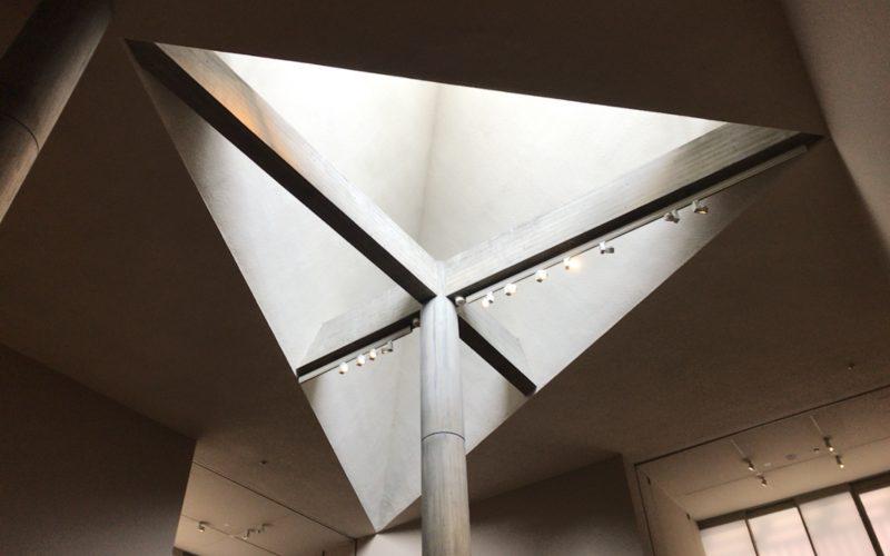 国立西洋美術館 本館1Fの19世紀ホールにある三角窓