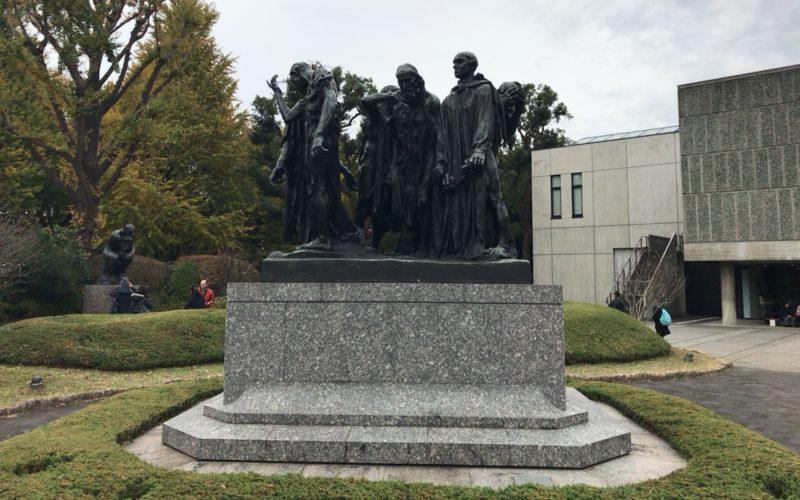 国立西洋美術館の前庭に展示しているオーギュスト・ロダンのカレーの市民
