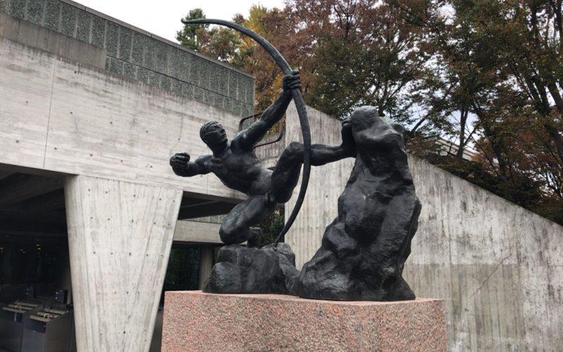 国立西洋美術館の前庭に展示しているアントワーヌ・ブールデルの弓をひくヘラクレス