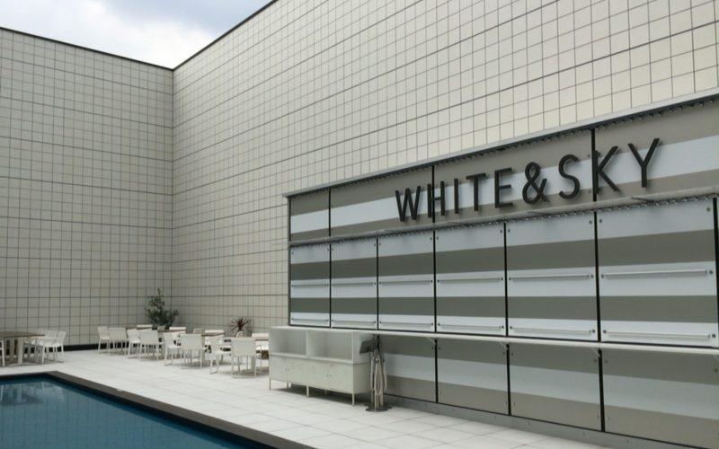 東急プラザ銀座の屋上 キリコテラスに期間限定でオープンしたビアガーデン ホワイトアンドスカイの店内
