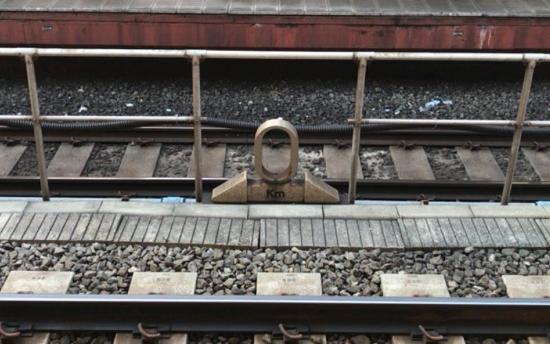 東京駅の6番線と7番線のホームの間にあるゼロキロポストの表側