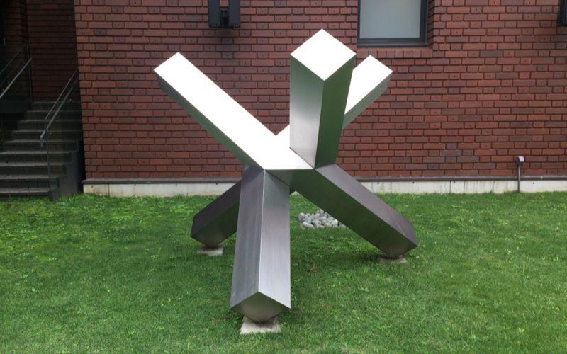 東京都美術館の屋外に常設展示している三本の直方体B