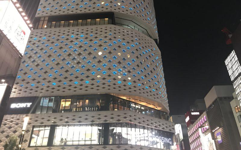 """ギンザ""""サマー""""プレイスで銀座プレイスの建物に点灯したオーシャンブルーバージョンのライティング"""
