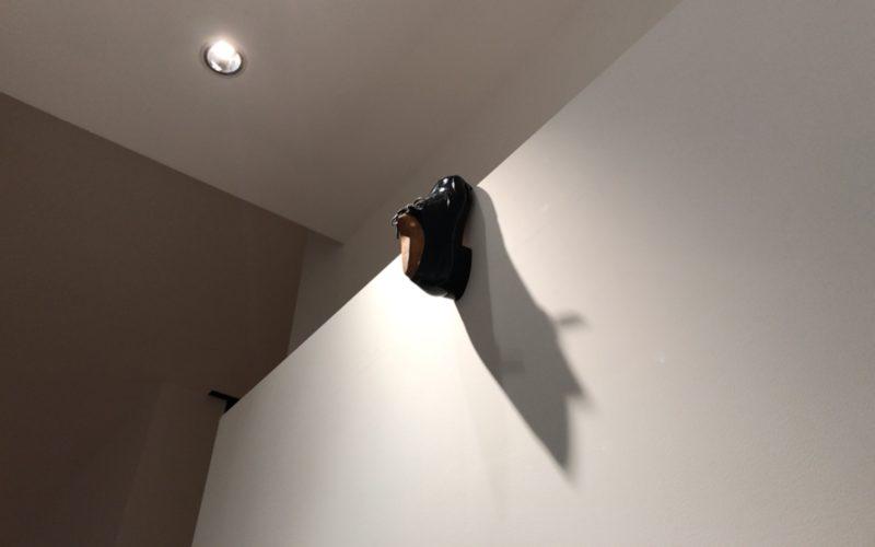 「靴の彫刻」に展示していたドアの上部にひっかけられた靴