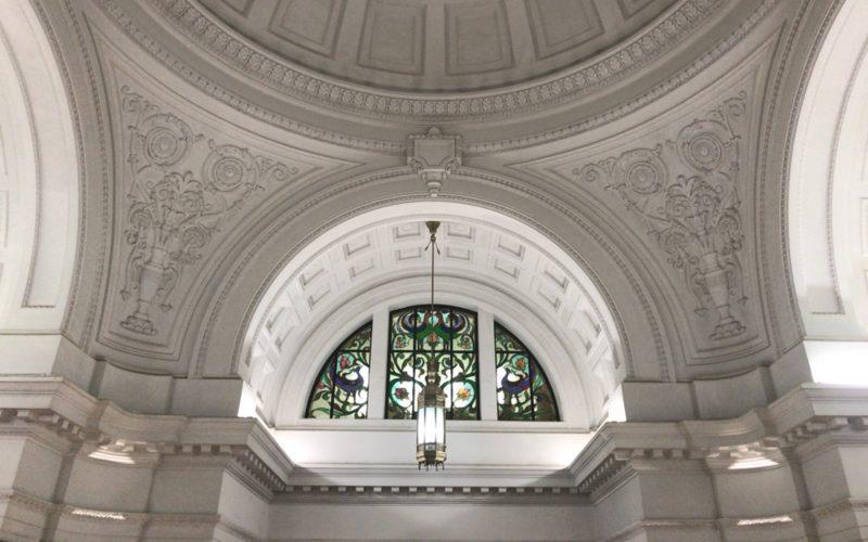 国立科学博物館日本館の白いドームの窓にはめこまれたステンドグラス
