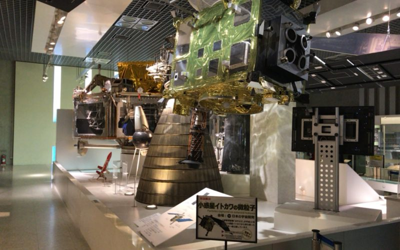 国立科学博物館の地球館2Fに展示している小惑星探査機「はやぶさ」のレプリカ