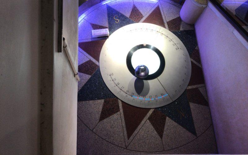 国立科学博物館の日本館B1Fに展示しているフーコーの振り子