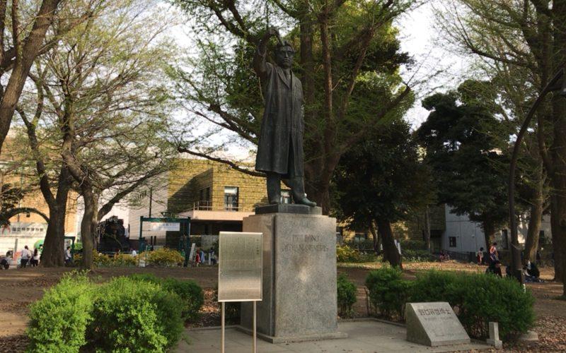 国立科学博物館の外に展示している野口英世の銅像