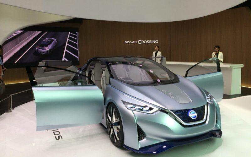 銀座プレイスにある日産クロッシング1Fの展示車とモニター