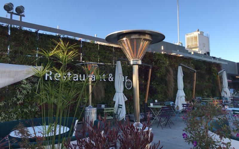 食と緑の空中庭園にあるレストラン&バーのテラス席