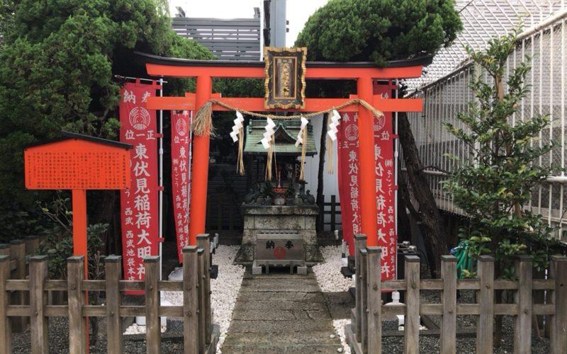 睡蓮の庭の奥にある稲荷神社の鳥居と社殿