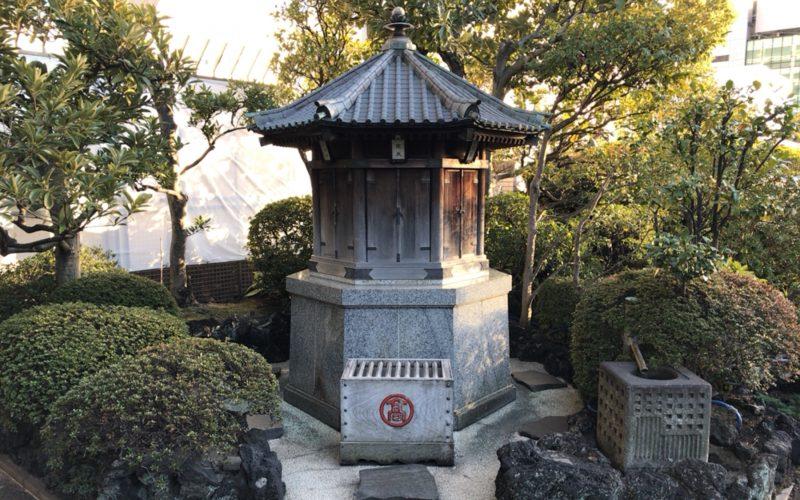 日本橋高島屋屋上の日本庭園内にあるお堂と賽銭箱