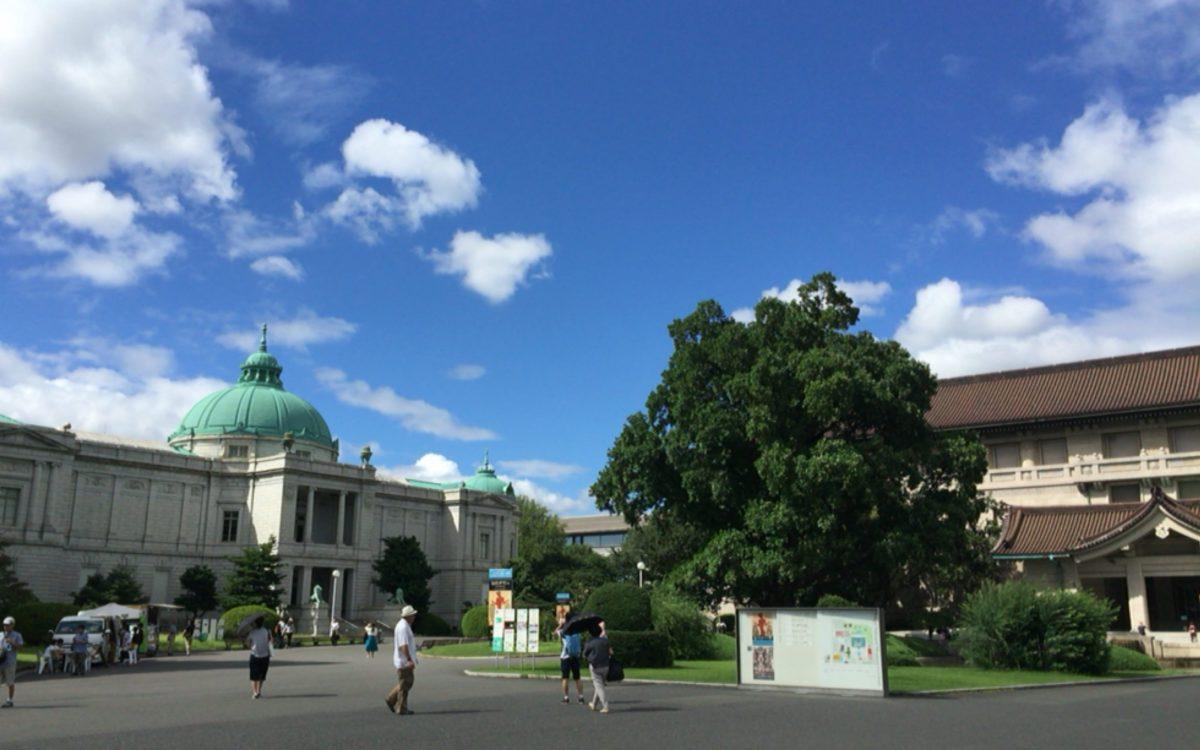 東京国立博物館の正門前から見た本館と表慶館