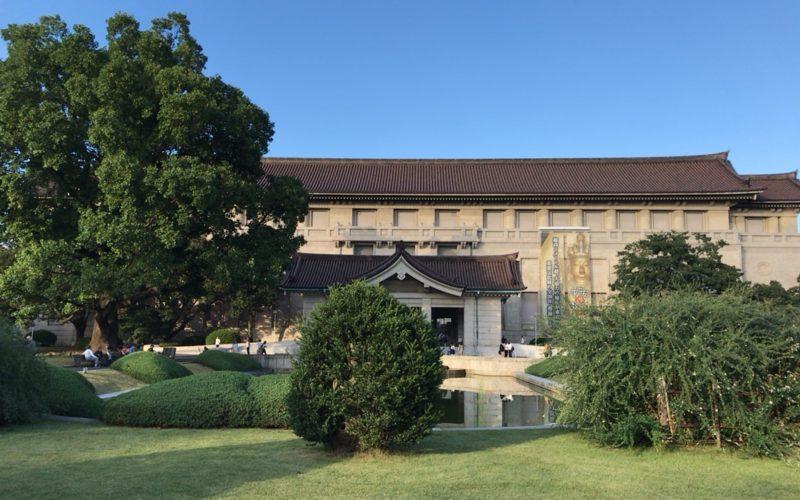 東京国立博物館本館の建物と池