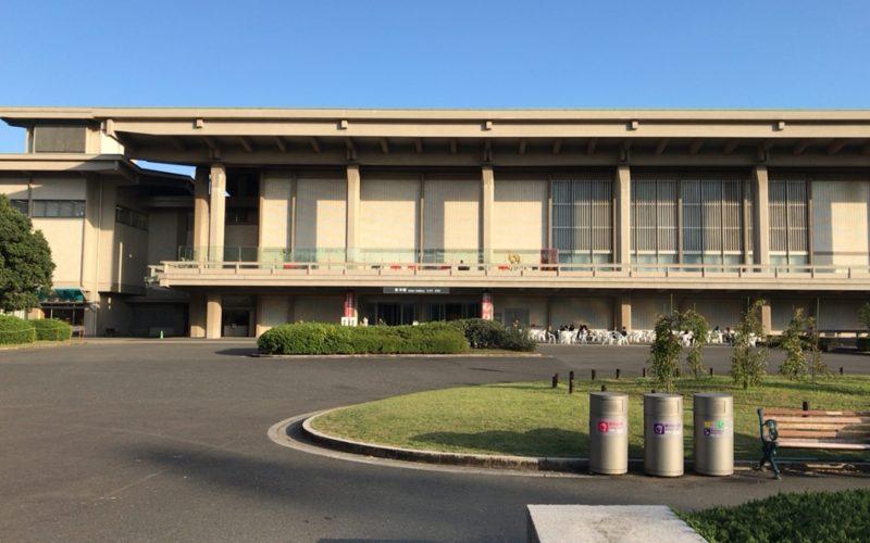 東京国立博物館東洋館の建物と芝生