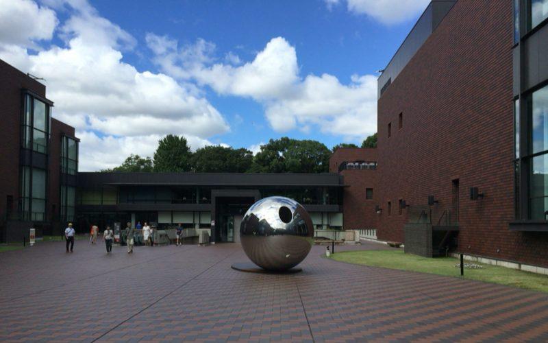 東京都美術館の正門から見た野外彫刻「my sky hole 85-2 光と影」