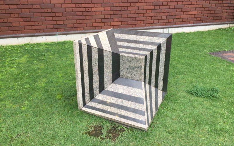 東京都美術館の屋外に常設展示しているメビウスの立方体