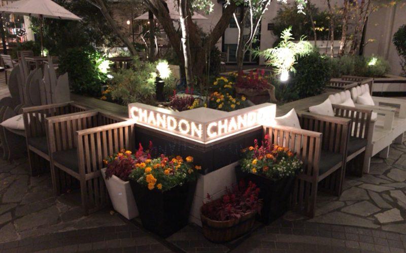テノハ代官山の中庭にあったCHANDONの看板と座席