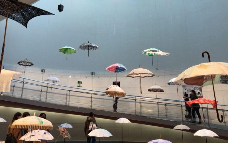 スパイラルガーデンで開催されていたコシラエル ビジュアルブック「かさ」(青幻舎刊)出版記念展に展示された傘