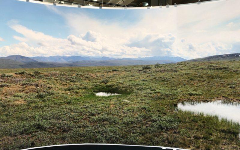 Gentaro Ishizuka Exhibition panoramaの会場に展示していたつつ状の作品に写る風景