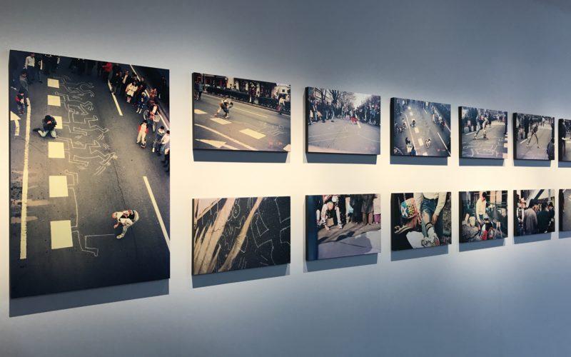 表参道ヒルズで開催した「Pop, Music & Street キース・ヘリングが愛した街 表参道」に展示していた表参道にチョークでドローイングを描くキース・ヘリングさんの写真