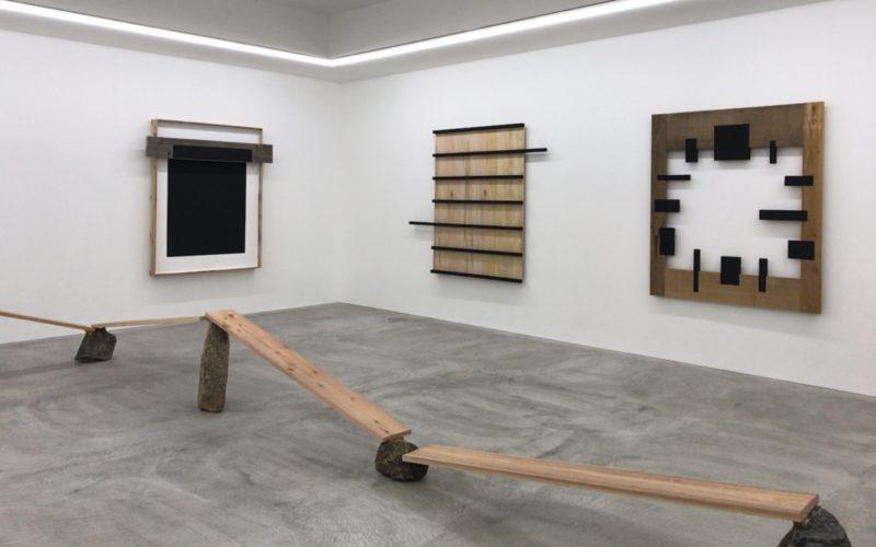 コンプレックス665 2Fの小山登美夫ギャラリーで開催していた菅 木志雄「分けられた指空性」の会場内