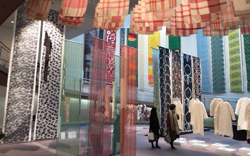 スパイラル1Fのスパイラルガーデンで開催した東京造形大学テキスタイルデザイン専攻有志卒業制作展の会場内