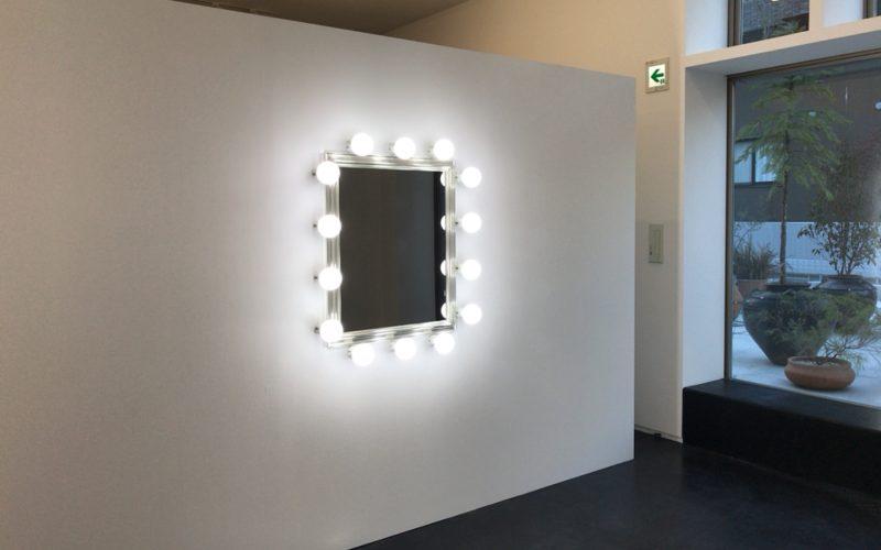 鈴木理策 Mirror Portraitの写真展会場にあったハーフミラー(半透鏡)の撮影ブース