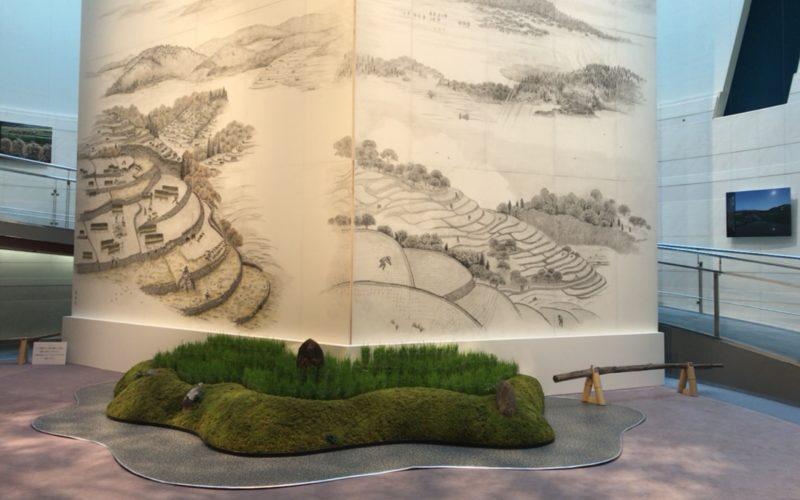 スパイラルガーデンで開催された細川護熙作「棚田の四季」展の会場内