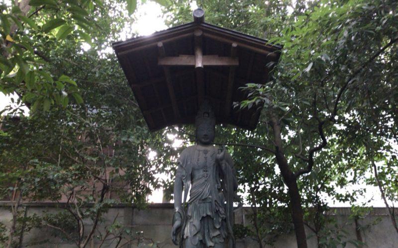 根津美術館庭園のほたらか山にある観音菩薩像