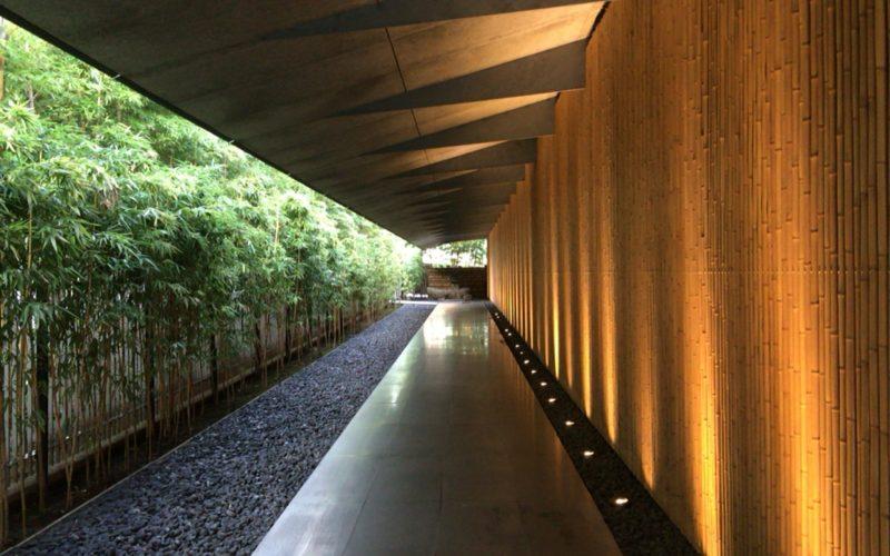 根津美術館の入口前通路