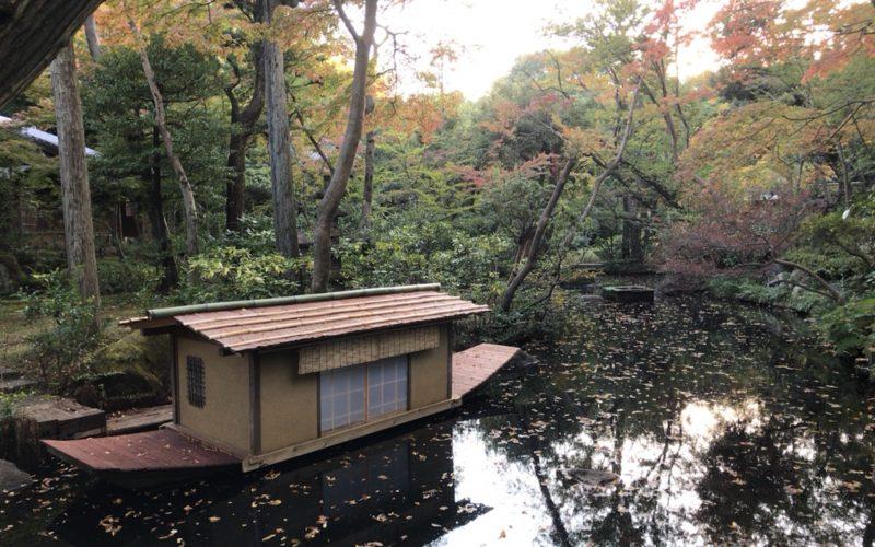 根津美術館の庭園にある吹上の井筒と小舟