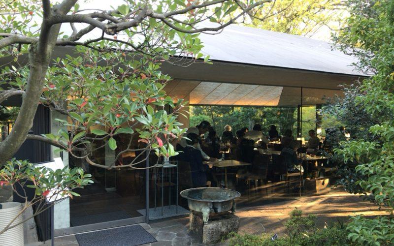 根津美術館の庭園にあるNEZUCAFEの外観