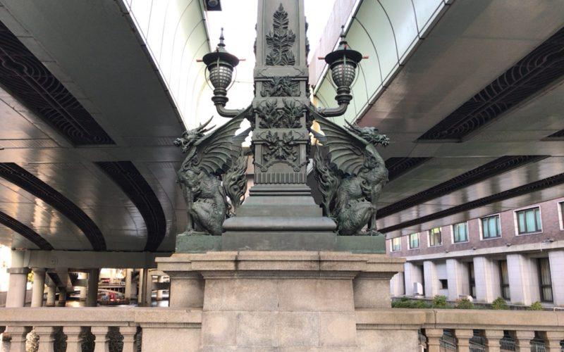 日本橋の橋の途中にある麒麟の像