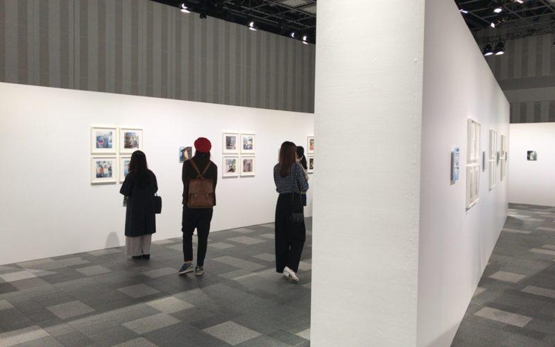表参道ヒルズB3Fのスペース オーで開催された奥山由之写真展「君の住む街」の会場内