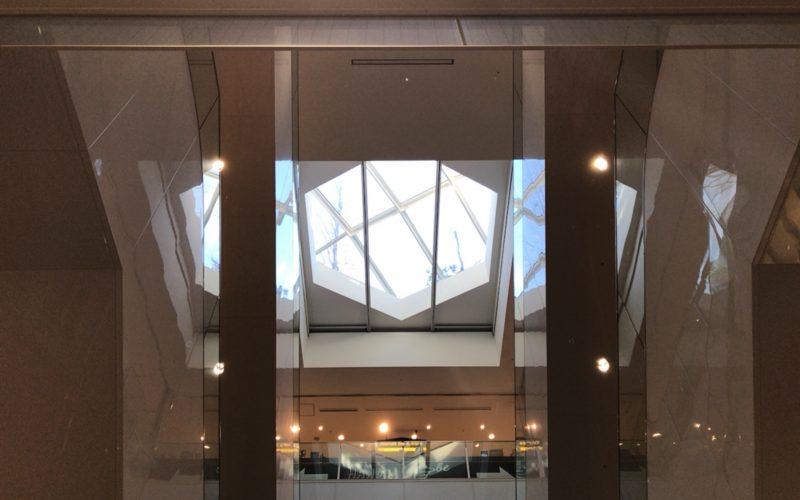 東急プラザ表参道原宿3Fのエスカレーターから見上げたおもはらの森の六角形のテーブル