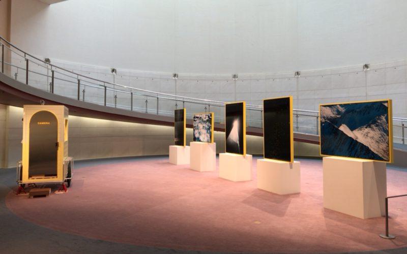 スパイラルガーデンで開催された池田晶紀展「SUN」に展示されていた写真作品と移動式サウナ「CAMERA」