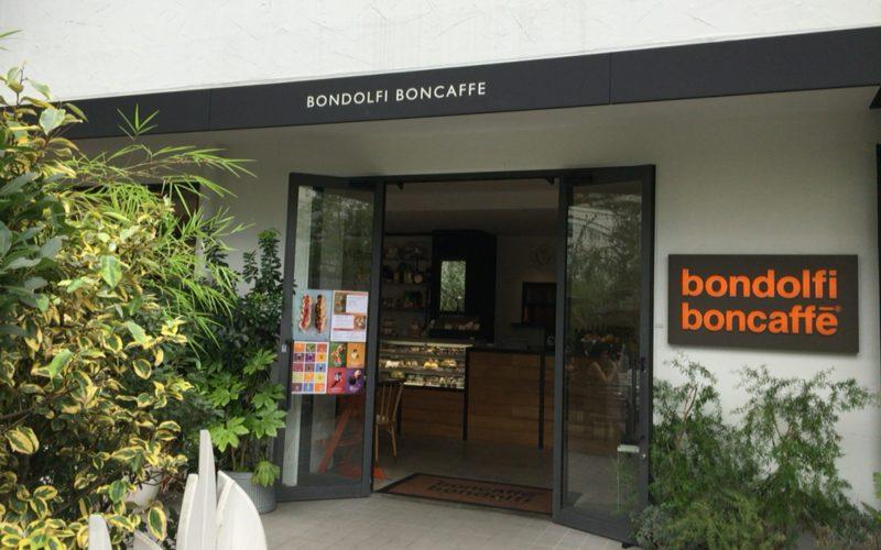 テノハ代官山の中庭から見たボンドルフィ ボンカフェ