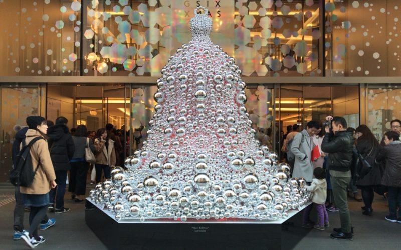 ギンザシックス クリスマスで中央通り沿いのエントランスに展示したミラーベルドレス
