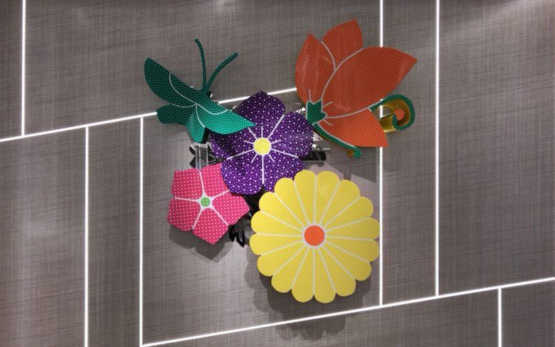 ギンザシックスの南エレベーターホールに展示している大巻伸嗣さんの作品「Echos Infinity -Immortal Flowers-」