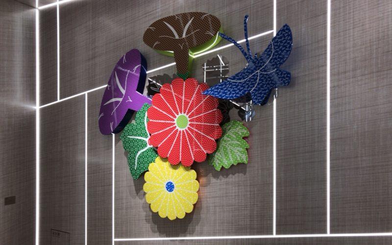 ギンザシックスの南エレベーターのホールの壁に展示されている大巻伸嗣さんの作品
