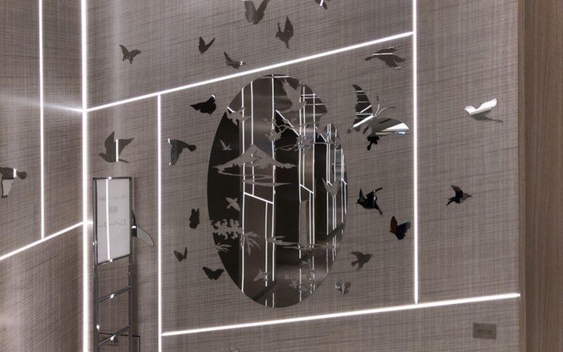 ギンザシックスの北エレベーターのホールの壁に展示している船井美佐さんの作品