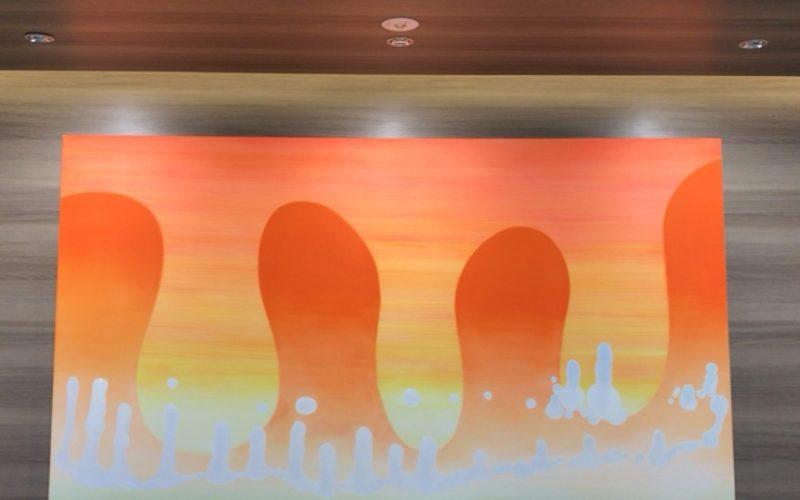 ギンザシックスの通路に展示している堂本右美さんの作品「民」