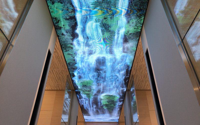 ギンザシックスの5F西階段から見下ろしたチームラボ Universe of Water Particles on the Living Wall