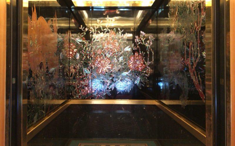 目黒雅叙園内にある百段階段に向かうエレベーター内