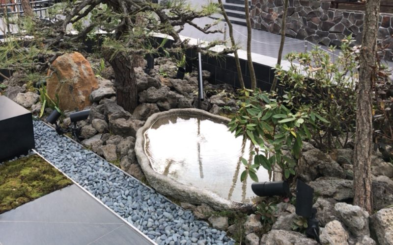 源氏山テラス内に設置している水が張られた鉢