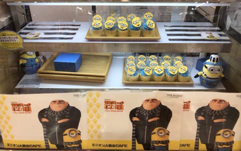 ミニオン大脱走カフェ@池袋パルコの店頭にならぶミニオンカップケーキ