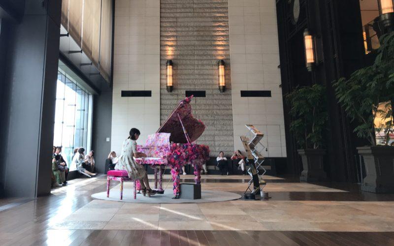 「Art Piano in Marunouchi」で新丸ビル3Fのアトリウムに展示している増田セバスチャンさんの作品