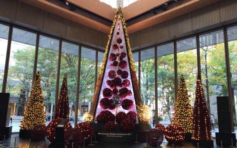 丸の内ブライトクリスマス2017で丸ビル1Fのマルキューブに展示された花のクリスマスツリー